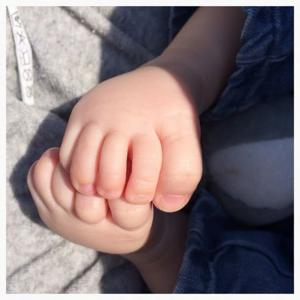 Bedenk me hoe die voeten ooit grote mannenvoeten zullen worden. Hopelijk, want dat moet de moeder van dit kind ook hebben gedacht.